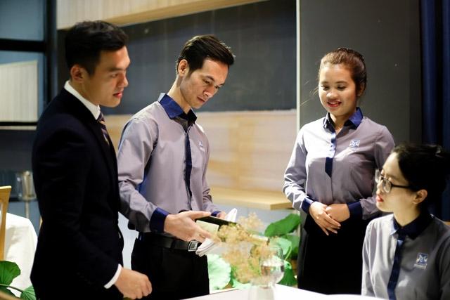 Cùng Ribi Sachi Sắm Vai Khách Hàng Tại Lớp Quản Trị Nhà Hàng - Khách Sạn