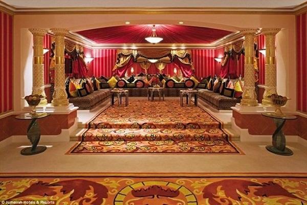 nội thất mạ vàng bên trong khách sạn