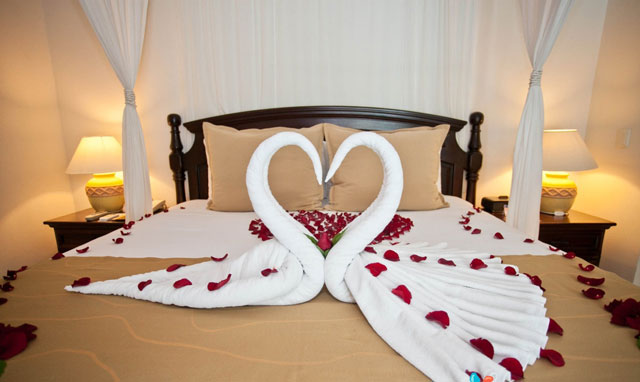 trang tri giuong honeymoon bang khan tam