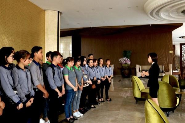 học viên đứng nghe giảng viên hướng dẫn