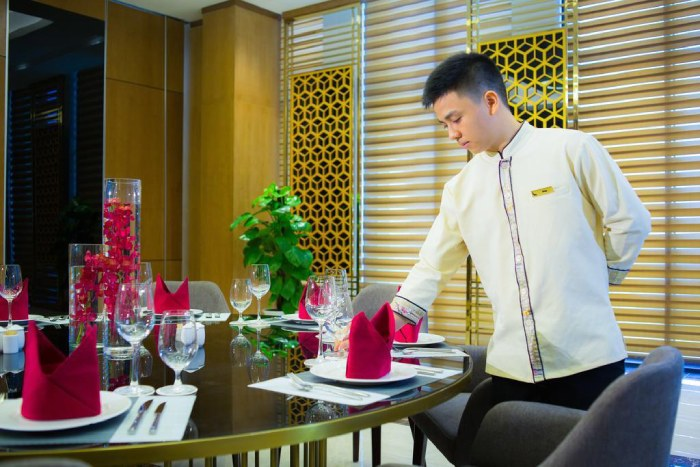 nhân viên phục vụ sắp xếp bàn ăn