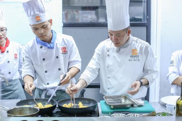 học viên đang học làm bánh