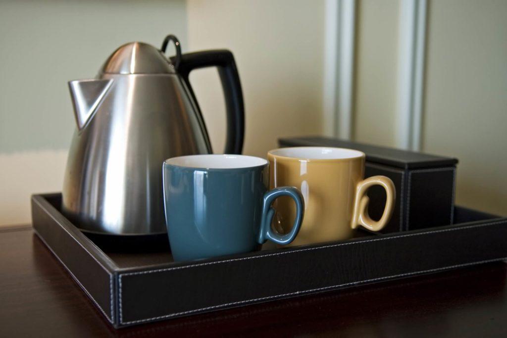 kiểm tra ấm đun nước để đánh giá chất lượng khách sạn